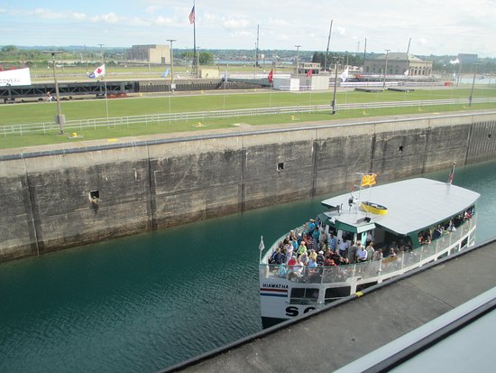 Sault Ste. Marie, Мичиган: Tour boat in lock with water level down. Water will rise to the top allowing boat to go on to la