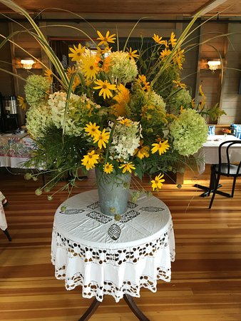 Nebo Lodge: Floral arrangement in restaruant