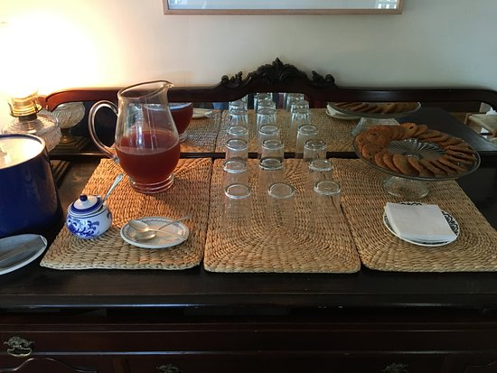 North Haven, Мэн: Afternoon complimentary iced tea and cookies in the parlour