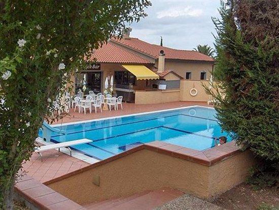 Magazzini, อิตาลี: bella piscina tranquilla con idromassaggio e ristorante/bar