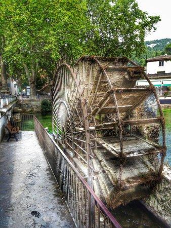 Provence, Fransa: Altes Mühlrad mitten im Ort
