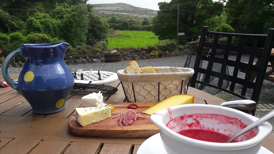 Ballyvaughan, Irlandia: One of our meals homemade soup and local cheeses