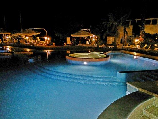 Club Muskebi : la piscine le soir