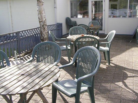 Roedby, Dania: Terrassen ud mod græsplænen.
