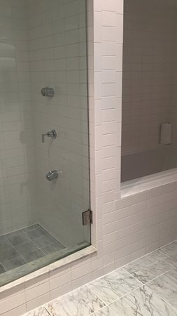 Shoreham: Cama grande y cómoda, gran baño con ducha y bañera separadas, ambas de hidromasaje.