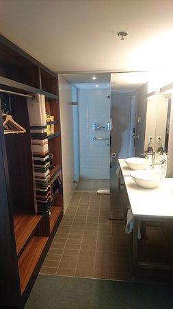 Etterbeek, เบลเยียม: Bathroom and wardrobe area