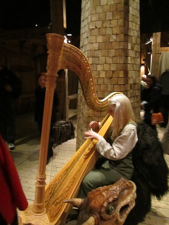 Vestvagoy, Norwegia: Viking girl playing the replica of an old instrument