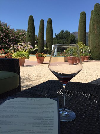 Kenwood, CA: Do a tasting in the courtyard!