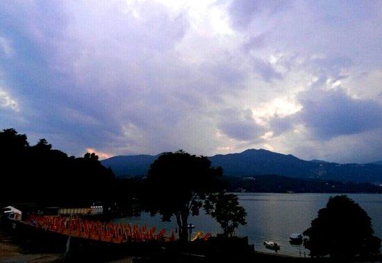 Fontaine Bleue Hotel: Cena con vista lago