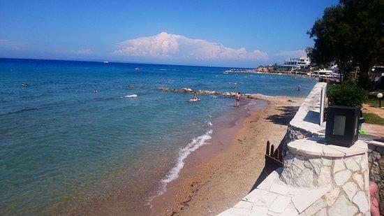 Caravel Hotel Zante: Widok z hotelowego tarasu na plażę i morze