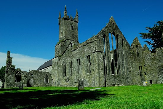 Ennis, Irlanda: The friary during the day.