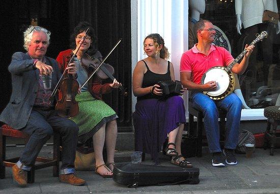 Ennis, Irlandia: Music down the road.