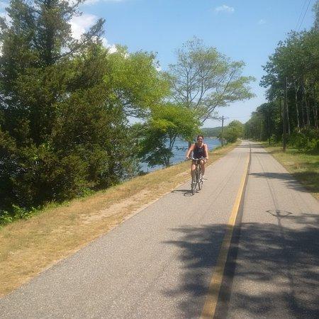 บัซซาร์ดส์เบย์, แมสซาชูเซตส์: The bike trail along the Cape side of the Canal