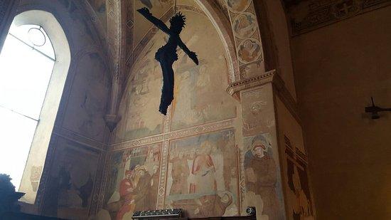 Pienza, Italie : Freski i krucyfiks w nawie głównej