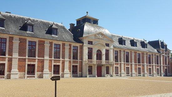 Le Neubourg, France : La belle façade du château répond aux communs qui lui font face.