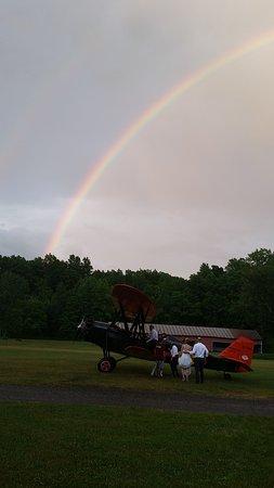 Rhinebeck, นิวยอร์ก: Bride and Groom climb aboard Clay's bi-plane kissed by a magical sky!