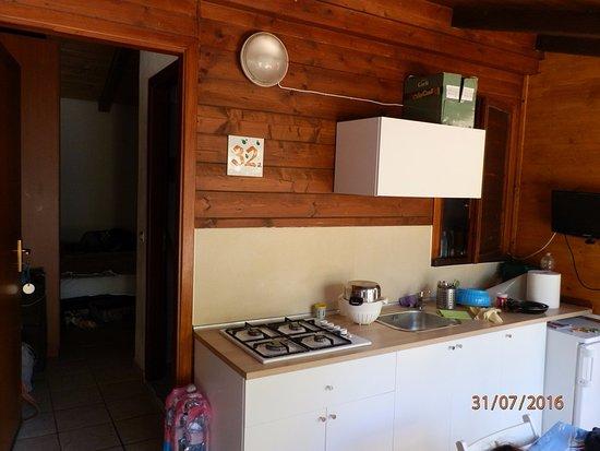 CUCINA IN VERANDA ESTERNA,CHALET. - Picture of Villaggio Camping ...