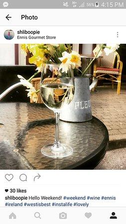 Ennis, Ierland: Post wok glass of wine al fresco!