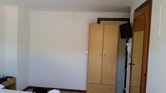 Hotel Mare Blu Resort & SPA: Foto dal centro camera al lato opposto, l'armadio blocca una porta che da su non so cosa...