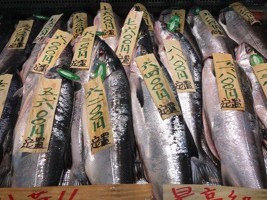 Kushiro, Japan: 市場內有很多售賣三文魚的店舖