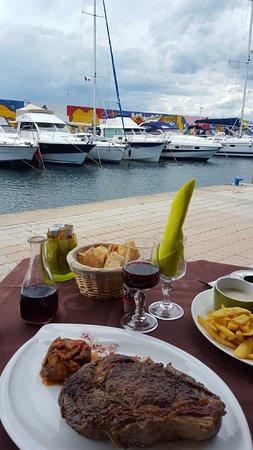 Var, Francja: Vue sur le port, Belle côte de boeuf de 900 grammes, bon appétit de la part du gardien