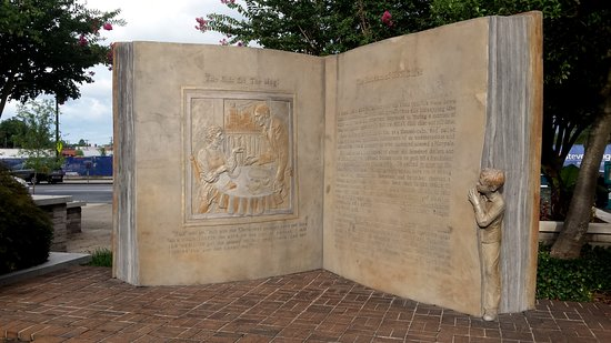 Greensboro, NC: O'Henry book statue