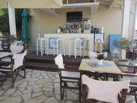 Tsoukaladhes, Yunani: bar area