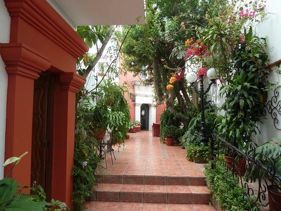 Villa Molina : cour intérieure menant vers les chambres