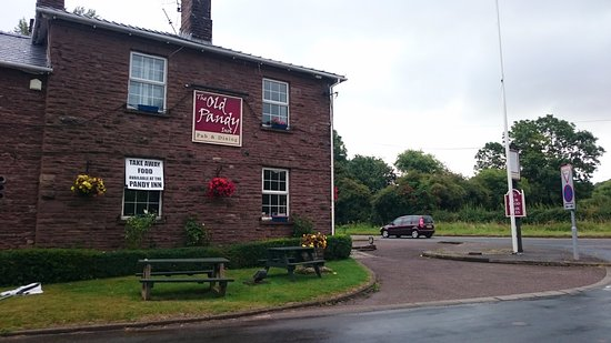 Pandy, UK: Side of the pub opposite the large car park