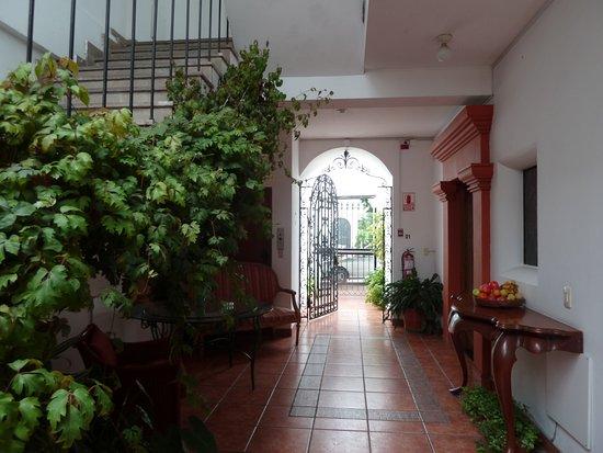 Villa Molina : vision de la porte d'entrée de l'hôtel depuis la cour intérieure