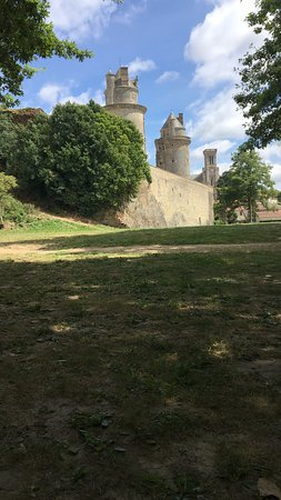 Apremont, Γαλλία: Pic nic by the river looking up at the castle