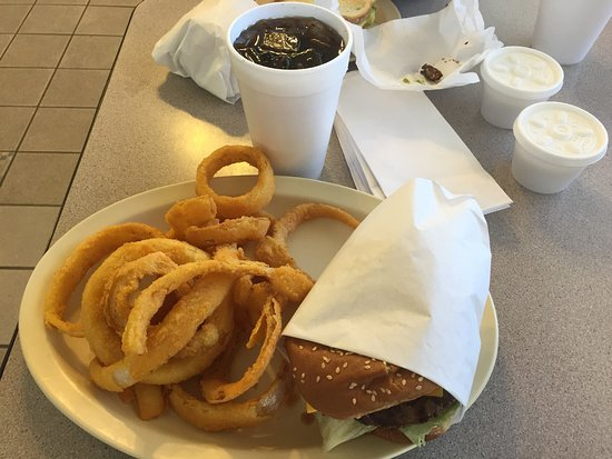 Oakhurst, Califórnia: Simple, yet perfect: Cheesburger, onion rings, drink, and ranch dressing for dipping