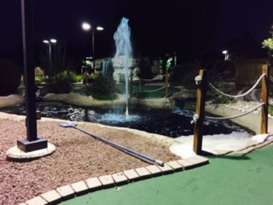 Phoenixville, Pennsylvanie : Landscaping at Markie's Mini Golf. View from the 18th hole.