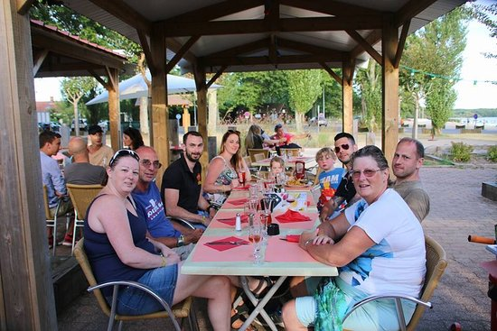 Les Terrasses du Lac : Eating outdoors in the early evening.
