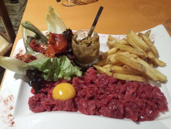 Montmelian, França: Tartare de bœuf coupé au couteau et frites fraîches