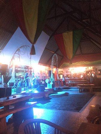 Pacha Bar and Restaurant: scène musicale et piste de danse