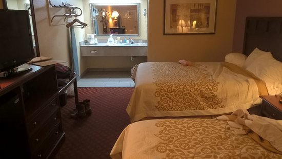 Paris, TX: 2 queen beds,