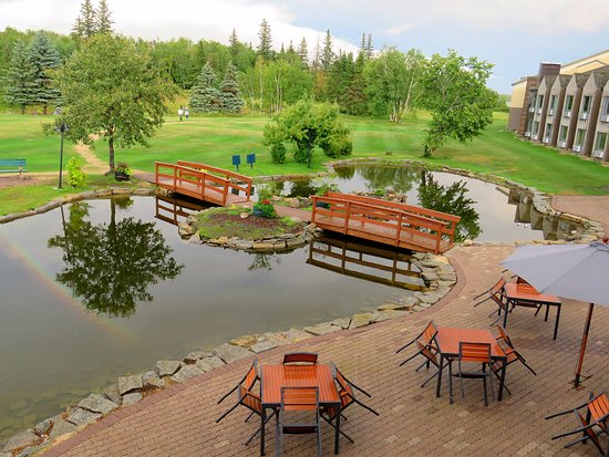 Hecla Island, Kanada: Upper deck down onto outside patio and pond area