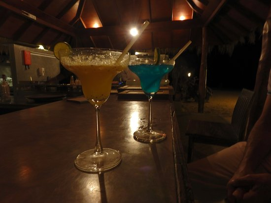 Kuchchaveli, Sri Lanka: Cocktails at the beach bar - try the Uga Surprise