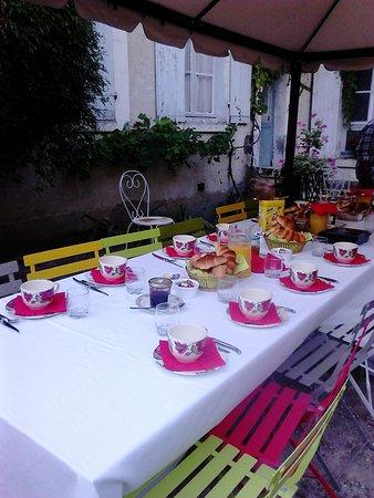 Saint-Fargeau, França: Petit déjeuner en extérieur. Dommage car la météo matinale était fraîche...