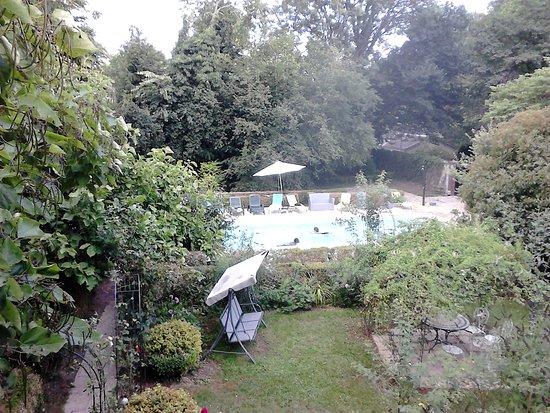 Saint-Fargeau, França: Vue de la piscine depuis notre chambre.