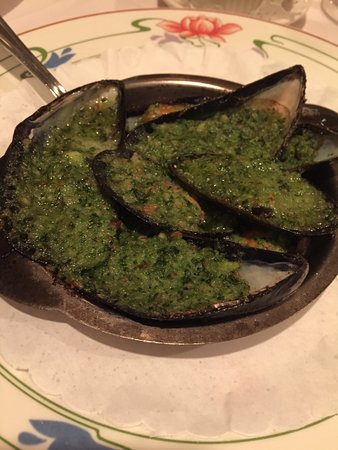 Little Neck, NY: Les Moules appetizer (mussels). Never have I experienced such delicious, plump mussels!