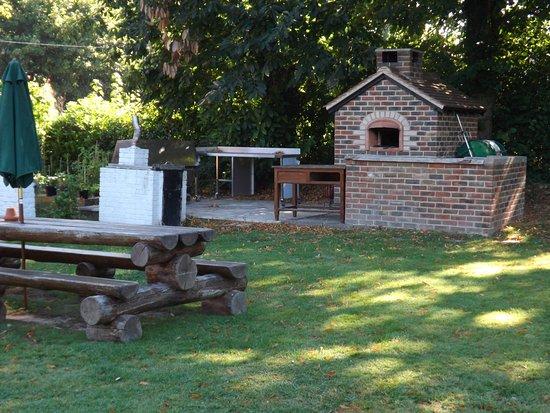 Copthorne, UK: Outdoor BBQ area