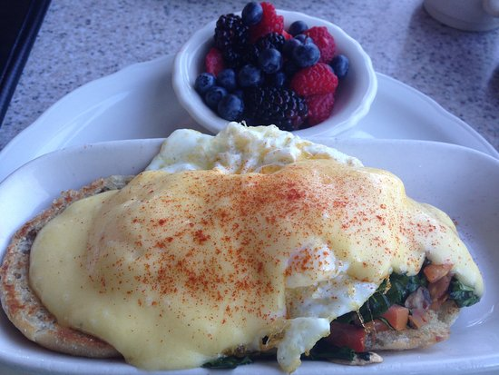 Greenwood Village, CO: Eggs Benedict - English muffins, veggies, Ham, perfect poached egg & Hollandaise sauce.