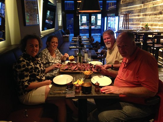 Barclay House London B&B: Enjoyed dinner with our hosts one evening!