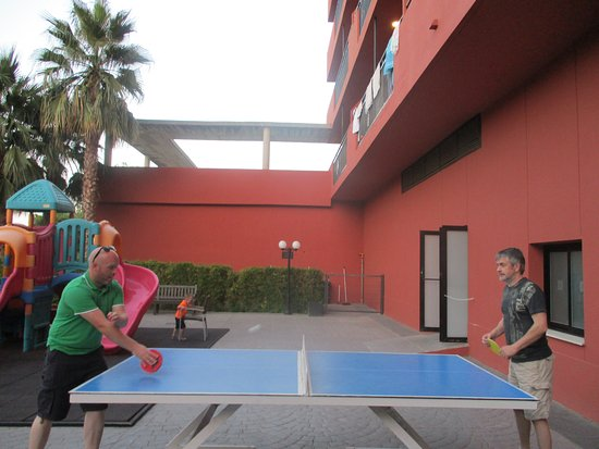 Fuengirola Beach Aparthotel: Table Tennis And Pool Tables Outside