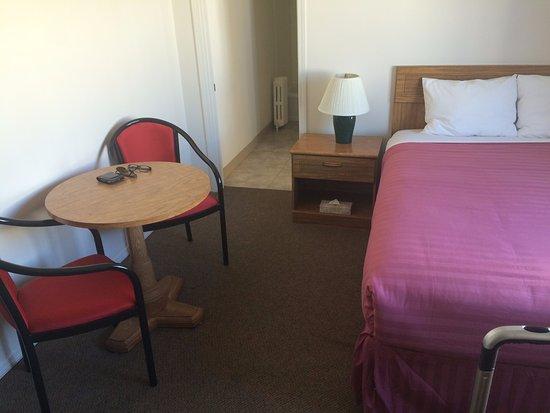 Maquinna Lodge: Cama colada na parede, quarto muito pequeno.
