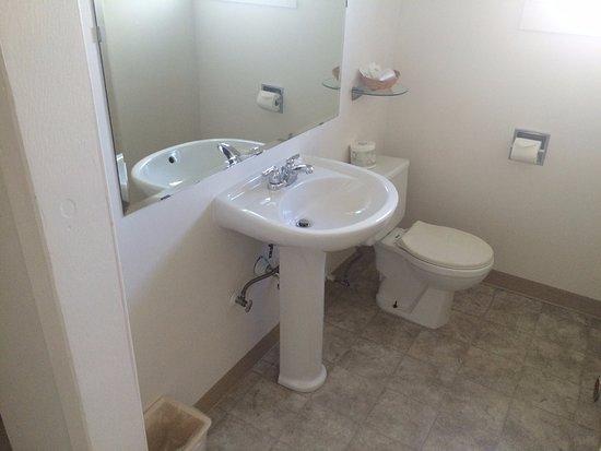 Maquinna Lodge: Banheiro velho e ruim.
