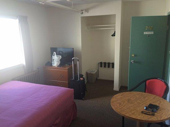 Maquinna Lodge: Sem ar, sem armário, pequeno...