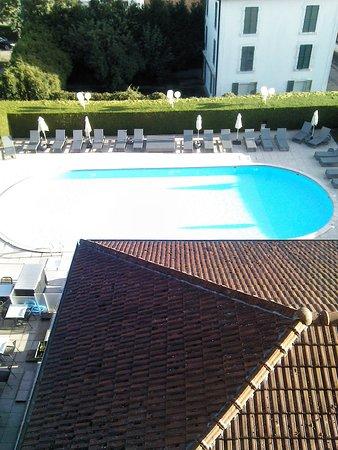 Contrexeville, Francia: vue de la piscine depuis la chambre
